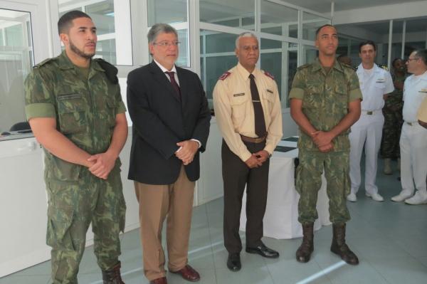 militares_com_fardamento_doado_entre_o_embaixador_do_brasil_em_cabo_verde_jose_carlos_de_araujo_leitao_e_chefe_de_estado-maior_das_forcas_armadas_anildo_morais